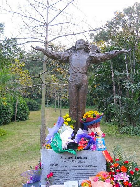 Le monde entier se souvient de Michael Jackson    Statue_michael_ja..._2011_03-24571bc